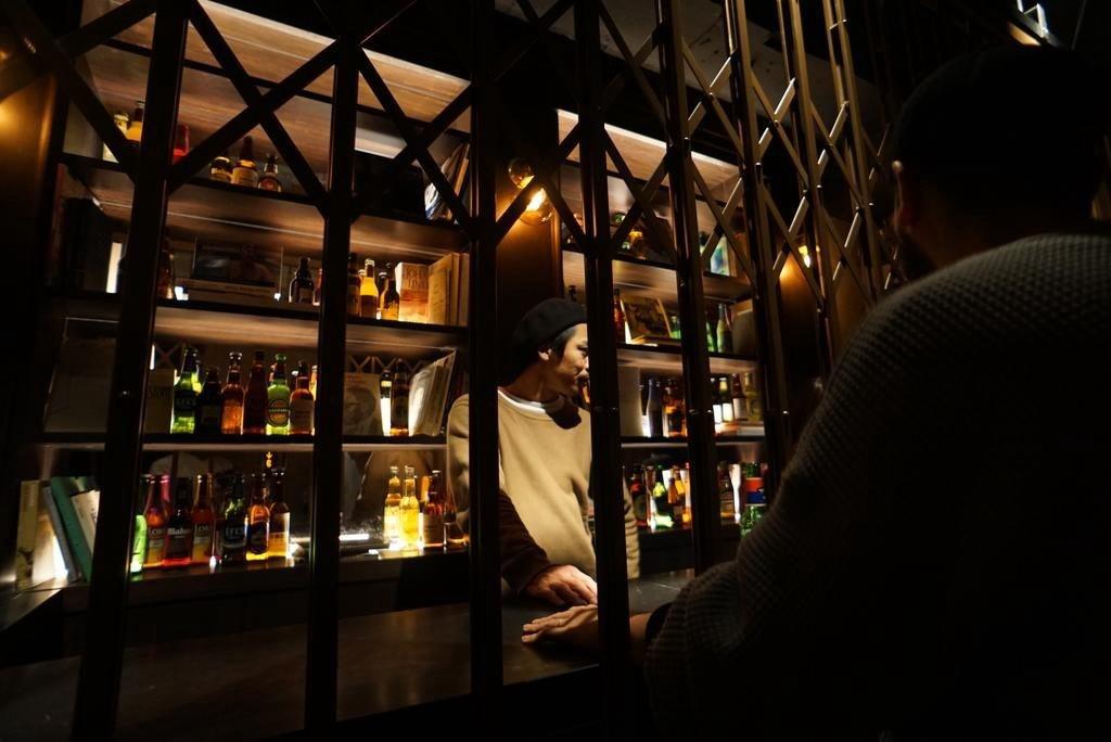 一進入空間迎接旅人的是具有神秘感的復古吧台,吧台上不能點酒只能做入住手續。圖片來源:Booking.com