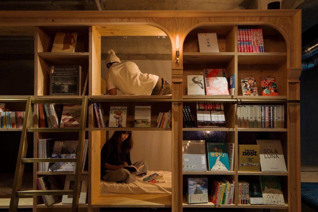 鑽進書牆就是自己的空間。圖片來源:Book and bed